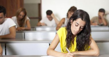 Elevii cu media 10 la evaluarea naţională şi bacalaureat, recompensaţi financiar de Guvern