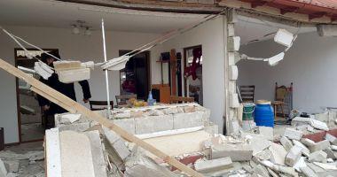 Locuinţă distrusă de explozie. O victimă, transportată la Bucureşti