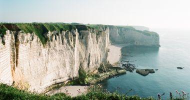 Faleza sinucigaşilor: zeci de oameni  îşi iau viaţa de pe  o vestită stâncă  din Normandia
