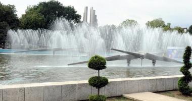 Spectacol cu lumini şi apă la fântâna arteziană din Parcul Gării