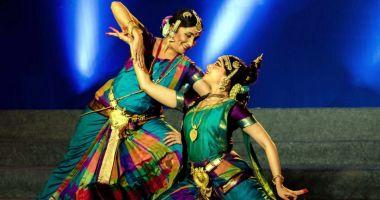 Indienii fac show la Teatrul