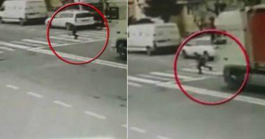 FETIŢĂ ÎN STARE GRAVĂ, după ce a fost lovită de camion! Şoferul, căutat de poliţişti
