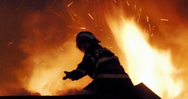 Cinci copii s-au salvat singuri dintr-un incendiu ce a izbucnit �n locuin�a lor