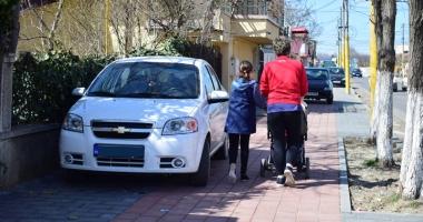 Trotuare pavate în toate cartierele Constanţei şi stâlpi pentru oprirea urcării maşinilor pe ele