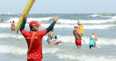 Salvamarii vor să plece acasă când e arborat steagul roșu pe plajă.