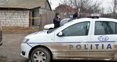 Poliţişti agresaţi de doi indivizi beţi, care au urinat pe autospecială.