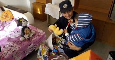 Cum l-au convins jandarmii pe Moş Crăciun să-l viziteze pe micuţul Andrei