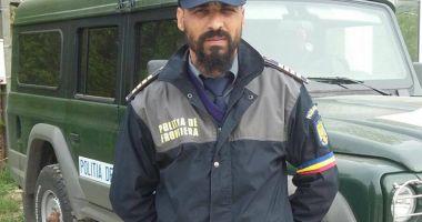 Poliţiştii de frontieră refuză hrana  şi poartă banderole tricolore.