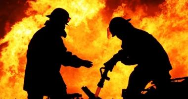 Incendiu devastator, la Constanţa!  Fetiţă carbonizată, în braţele mamei
