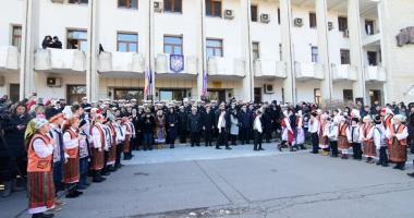 Mica Unire, sărbătorită pe platoul din fața Prefecturii. Militarii au defilat, iar copiii au dansat