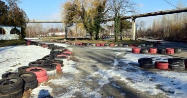 Foto : Săli şi terenuri zac nefolosite la Palatul Copiilor, iar elevii se plimbă prin mall