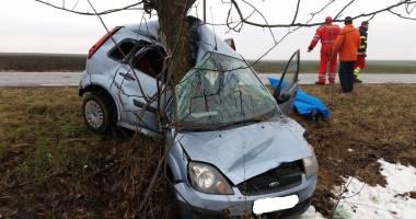 Accident rutier grav în județul Constanța. O tânără a murit după ce s-a izbit cu mașina într-un copac de pe marginea drumului