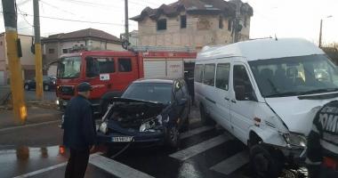 Galerie foto. Un microbuz MAI s-a izbit într-un stâlp, la Constanţa, după un accident cu un autoturism