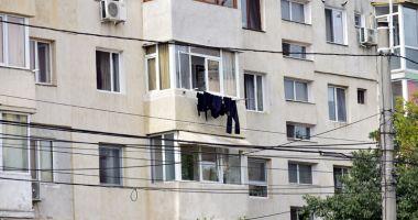 Imagini dezolante prin cartierele din Constanța. Ce riști dacă îți usuci rufele la vedere