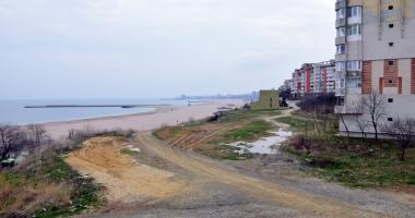 Plaje de milioane de euro, faleze de doi lei! Fără drumuri de acces şi maluri pline de gunoaie