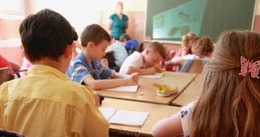 Mâini băgate pân-la coate în buzunarele părinţilor.  Fondul şcolii, ce facem cu fondul şcolii?