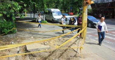 Pericol de moarte pe trotuarele din Constanţa! Gropile lăsate de muncitori, capcane pentru pietoni