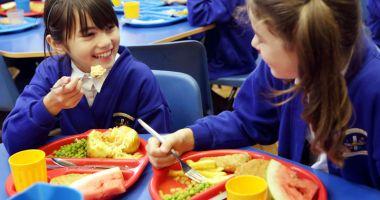 Banane şi masă caldă la şcoală, pentru elevi