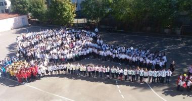 O rachetă de tenis vie pentru  Simona Halep! Elevii Şcolii nr. 30  au sărbătorit reuşita colegei lor mai mari