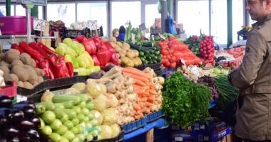 """Cum ne păcălesc tarabagiii cu fructe şi legume """"româneşti"""", cumpărate din import"""