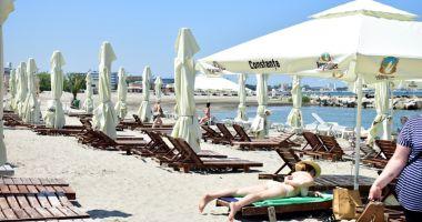 Şezlongurile cuceresc plajele. Chiriaşii nu mai au restricţii să facă bani de pe porţiunile înnisipate