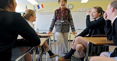 La catedră, până la 68 de ani. Profesoarele pot rămâne în învăţământ încă trei ani după pensionare