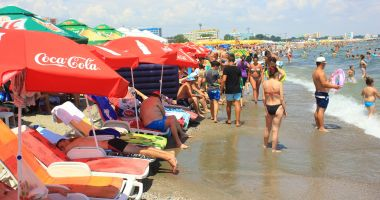 Foto : Turism sau bătaie de joc? Plajele din Mamaia, ocupate de şezlonguri
