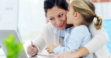 Câţi bani primesc mămicile aflate în concediul de creşterea copilului