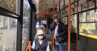 Vârstnicii constănţeni, greu de convins să stea la distanţă şi să poarte corect masca de protecţie