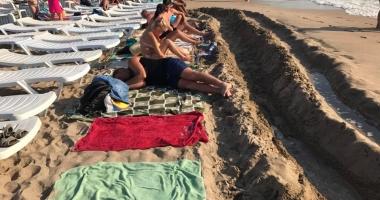 Foto : IMAGINI SCANDALOASE! Turişti goniţi de pe plajă de proprietarii de şezlonguri!