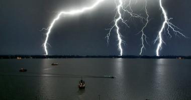 VIJELII ŞI PLOI CU TUNETE ŞI FULGERE LA CONSTANŢA. Meteorologii au emis COD PORTOCALIU