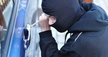 Patru autoturisme ale aceluiaşi proprietar, prădate de hoţi