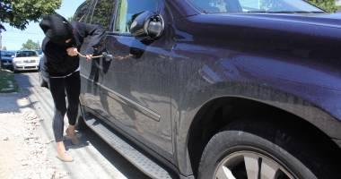 Băgaţi după gratii după ce au jefuit o maşină, în parcarea unui mall