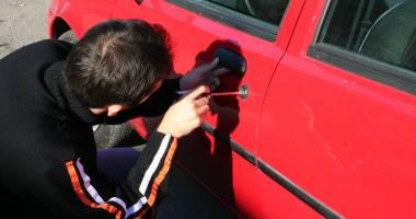 Prins cu acumulatorul auto furat, pe stradă