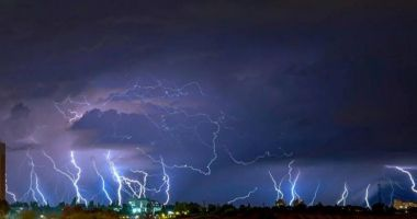 Cod portocaliu de furtuni, grindină și ploi torențiale în mai multe zone din țară