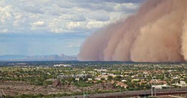 Imagini spectaculoase. O furtună de nisip a învăluit un oraș întreg