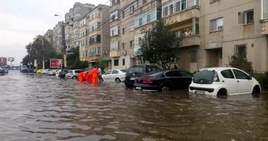 Vijelii �i inunda�ii la Constan�a. A plouat �ntr-o zi c�t pentru o lun�