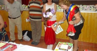 Aleşii din comuna Grădina investesc în educaţie şi sănătate. Elevii, răsplătiţi cu cărţi