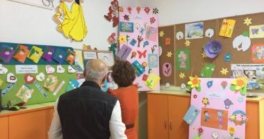 """Preşcolarii Grădiniţei 45 şi artiştii dobrogeni au vernisat expoziţia """"Mama - giuvaer  şi primăvară"""""""