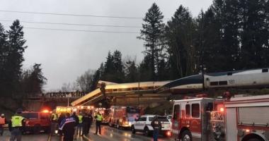 Grav accident feroviar în SUA. Un tren a deraiat și a ajuns pe autostradă