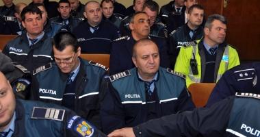 Poliţiştii, luaţi de fraieri? Cine joacă alba-neagra cu salariile lor