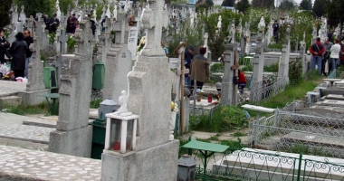 Groparii din cimitir, reclamaţi.