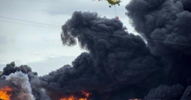 Incendiu devastator pe o nav� �nc�rcat� cu autoturisme