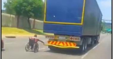 Imagini surprinse pe autostradă: un bărbat în scaun cu rotile s-a prins de un TIR