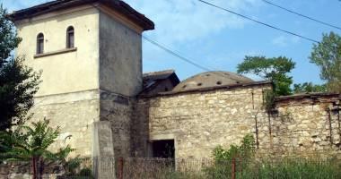 Cine ne salvează trecutul? Clădire - monument de sute de ani, înghiţită de bălării şi uitare