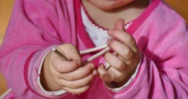 O fetiţă de 1 an a fost omorâtă de îngrijitoarea de la grădiniţă. A acoperit-o cu o pătură şi s-a culcat pe ea