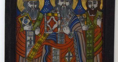 Icoană cu foiță de aur a sfinților Trei Ierarhi, la Muzeul de Artă Populară