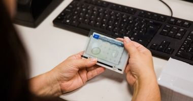 Cartea de identitate electronică nu e obligatorie, dar cetăţenii nu mai pot călători în străinătate fără ea