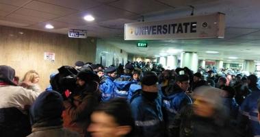 Fără precedent: Protestatarii din Piața Universității, percheziționați de jandarmi. O persoană a fost băgată în dubă
