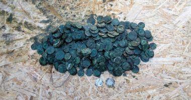Un bărbat a găsit 400 de monede de argint în curtea casei